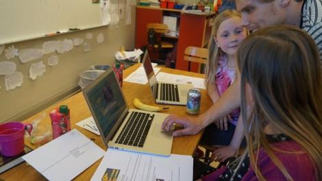 Kodstuga där barn får lära sig programmera gratis.