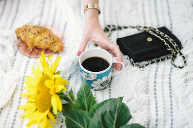 kaffekopp-och-hand-liten